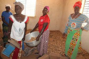 Mikroprojekt Kartoffelanbau  - die Ernte wird verkauft