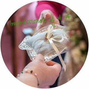 Zivile Trauung, Standesamtliche Hochzeit, Eheringe Goldene Trauringe mit Schleife auf dem Ringkissen