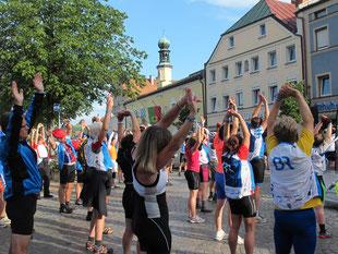 Morgen-Gymnastik auf dem Marktplatz von Viechtach