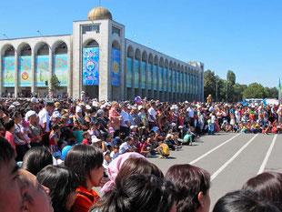 der zentrale Platz - eine riesige Arena des Volkes