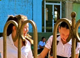 kichernde Schülerinnen auf dem Heimweg