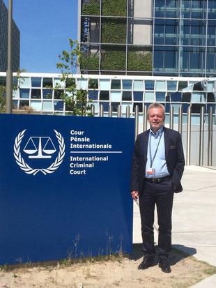RI-Vorsitzender Frank van Veen am Internationalen Strafgerichtshof Foto: Mary Basconi