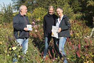 Jana Nöckel und Mutter Anke bekommen die Plakette von Uwe Hoffmann vom NABU Oberberg überreicht (dh)