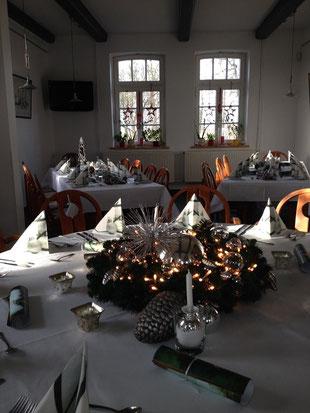 Festlich gedeckte Tische bei der DiDaGo Weihnachtsfeier