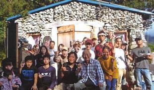 山北さん(前列中央の黒いポロシャツ)と30年のお祝いに駆けつけた仲間の皆さん。
