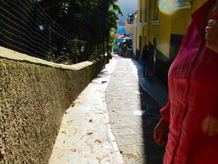 die verbindenden Gassen in Capri sind schmal und eingemauert