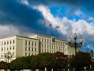 das Regierungsgebäude mitten im Zentrum
