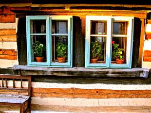Fensterdeko in einem bäuerlichen Treffpunkt