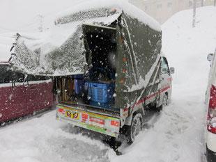 『 赤帽仕事風景 』 於  雪国