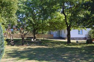 Großer Garten mit Obstbäumen