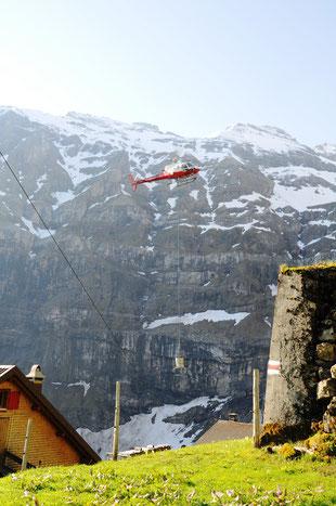 Helikopter fliegt Beton