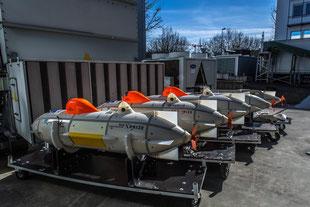 Stolz warten fünf Tiefsee-Drohnen auf ihren Einsatz.