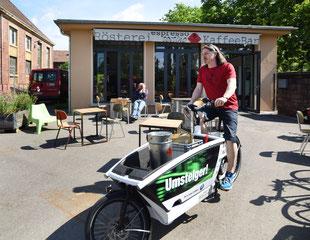 TESTGEFÄHRT: Interessierte können bei einer Aktion der Stadt - wie hier die Kaffeeröster - ein Lastenrad mit Pedelecantrieb ausprobieren.