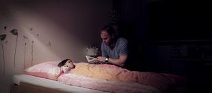 Gruselige Märchenstunde im Kinderzimmer: Raphaèl Nybl als Pappa, Sarah Lesser als Mia