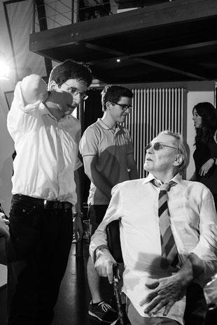 Regisseur Alexander Tuschinski bespricht mit Helmut Berger die nächste Szene.