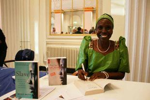 Die Bestseller-Autorin Mende Nazer bei einer Signierstunde im Konzerthaus Karlsruhe.
