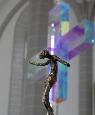Der gekreuzigte Jesus vor einem Lichtkreuz