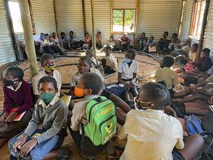 Diese Kinder sind sehr dankbar, wenn sie Tische und Stühle kriegen.