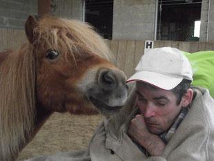 Jean-Marc pendant une séance de thérapie avec le cheval : le plaisir de sentir le souffle du cheval sur ma joue.