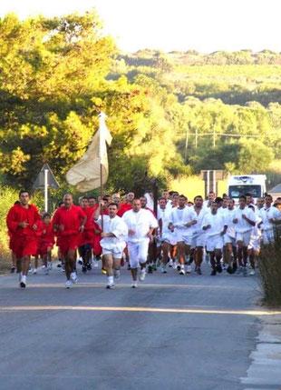 Corsa di Sant' Agostino svolta da soli uomini e ragazzi col saio rosso o bianco