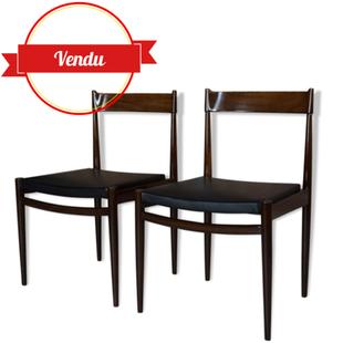 paire de chaises scandinaves,scandinage,bois foncé,vintage,design,dépareillé,simili cuir noir