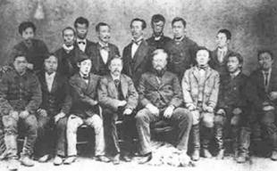 ベーマー(前列中央左)とダン(中央右) お雇い外国人と余市リンゴより