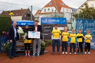 Axel Held, Prokurist der WBB Borkum, Damen A-Siegerin Susanne Wischmann, Turnierdirektor Christoph Damaske, Ballkinder der Borkum Open 2014