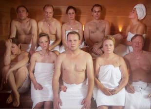 """Die Schauspieler kommen bei """"Wellness für Paare"""" ganz schön ins Schwitzen."""