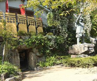 幸村像、その左に「真田の抜け穴」