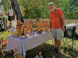 traveil sur bois : des figurines en pin, fabriquées avec poteaux et manches à balai. Un décor original pour le jardin