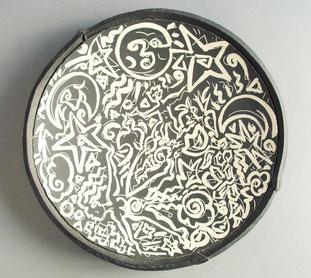 Serie von flachen Schalen in schwarz-weisser figürlicher Pinselmalerei und Scraffito                     zu