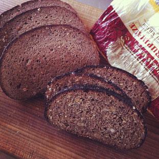 先月の写真になってしまいましたが、この黒パンはなんとバルト三国へ旅行してきた方からのお土産でーす^^どっしり、色々な木の実も入って、噛み締めるほどに滋味深いパンでした。いつか本場で食べてみたいな〜!と遥かな北国へ思いを馳せてます。色々な国をたどる麦の歴史、パンの歴史は、とっても奥深いので、今年はパン工房で、小さな紙の通信に綴って発行しようと思ってまーす。お楽しみに♬