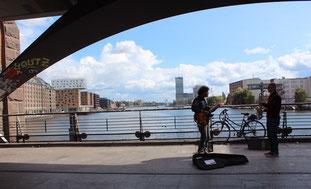 Musiker spielen auf der Oberbaumbrücke, die über die Spree Friedrichshain und Kreuzberg verbindet. Blick Richtung Elsenbrücke. Foto: Helga Karl