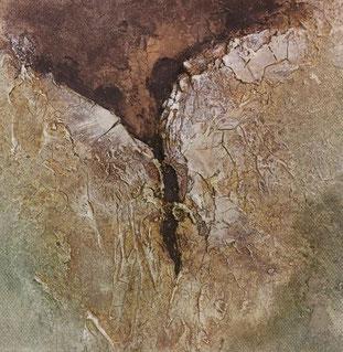 Klein craquelé schilderij met twee naar elkaar reikende delen onderin van zacht beige groen, en boven in een donkernruin stuk, duidelijk liggend achte de lichte delen.