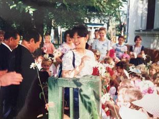 子供たちの大歓迎を受ける柏崎市代表団        同期入社の前部長、上村未知さん(中央)