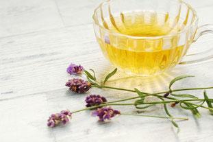 ガラスの花びんに活けられたチューリップとバラ。