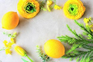 オレンジのアイスクリームにライムと白のマーガレットがトッピングされている。