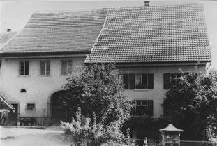 """In diesem Haus an der Kirchbachstrasse befand sich bis ca. 1900 das Gasthaus """"Krone"""". Im linken Hausteil, über Scheune und Stall war der Krone-Saal. Die Wirte-Familie hiess Herzog (""""s Chronewirts""""). Foto vor 1959"""