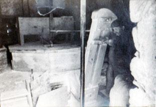 Saint-Amans, le meunier Jules Armengaud devant l'élévateur à godets. Au fond, la meule surmontée de la trémie