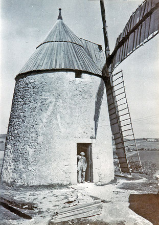 Le meunier sur le pas de la porte de l'imposant moulin du Traoucas de Saint-Amans