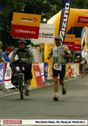 Zieleinlauf beim ersten Start über die 100 Kilometer von Biel 2007. Auf den letzten zehn Kilometern zog Bernhard das Tempo an ... und hängte fast seinen Begleiter auf dem Rad ab.