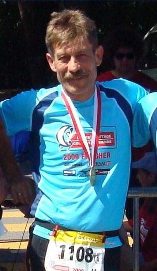 Mit dem wohlverdienten Finisher-Shirt und der Finisher-Medaille vom 100-Kilometer-Lauf von Biel 2009.