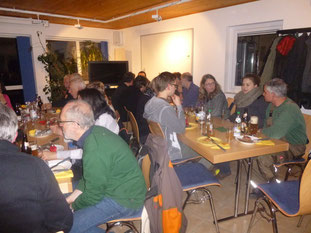 Die Kreisgruppe Aschaffenburg unterhält sich angeregt