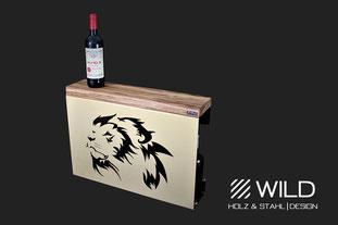Vergoldetes Sideboard (Regal, Weinständer oder Drinks cabinet) von WILD DESIGN mit einem königlichen afrikanischen Löwen und Zebrano Holz aus Afrika. Ein Luxus Möbel Stück für das Einrichtungsdesign einer Luxusvilla. Mit Château Pétrus (Petrus) Wein 1982.