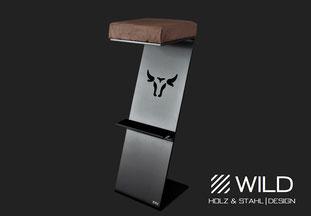 Barhocker aus massivem Edelstahl in schwarz matt und Nussholz. Das wilde Design mit dem Stier oder Longhorn verleiht dem Luxus Möbel Stück den einzigartigen Look. Passend zu einer American Bar oder einem Saloon. Natürlich von WILD DESIGN.