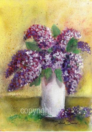 violetter Flieder in weisser Vase