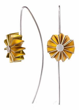 Die Ohrhänger MULINO aus Silber und goldplattiertem Feinsilber sind außergewöhnlich und federleicht. Ihre Form erinnert an eine Blume oder ein Windrad. Jedem Betrachter zaubern sie ein Lächeln auf die Lippen, weil sie überraschend und erfrischend sind