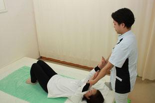 上肢を拳上して牽引ゆらしで肩部、背部を調整します
