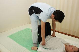 股関節を屈曲した状態での骨盤歪みを検査して再調整します