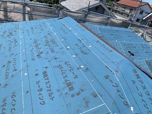既存屋根の上からルーフィングを張ります